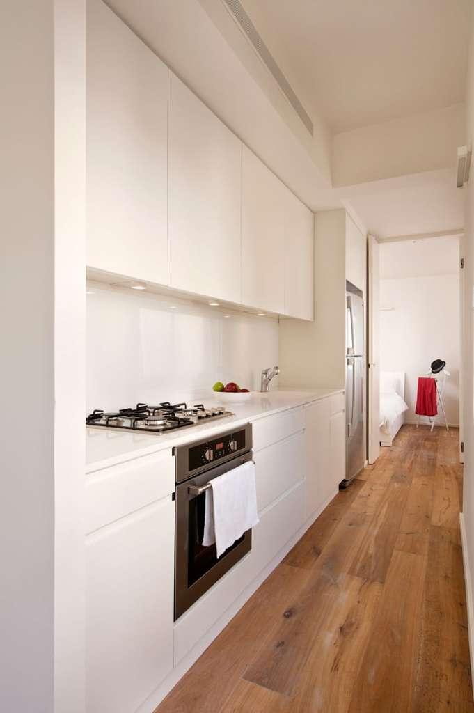 В кухню можно попасть как из гостиной, так и из спальни, что удобно