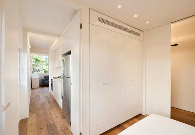 В спальне без проблем нашлось место для большого плательного шкафа.