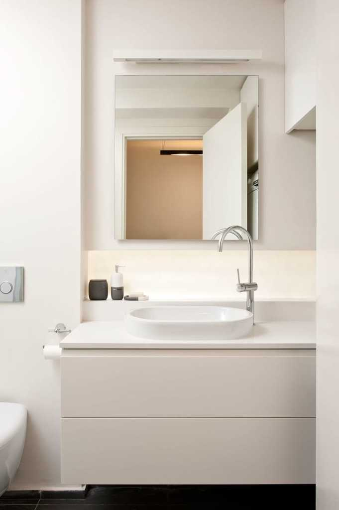 Ванная комната современна и светла, как и вся квартира.
