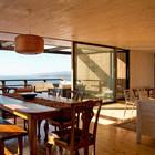 При сдвинутой стеклянной перегородке вся жилая комната превращается в большую светлую террасу. (архитектура,дизайн,экстерьер,интерьер,дизайн интерьера,мебель,пляжный,минимализм,столовая,дизайн столовой,интерьер столовой,мебель для столовой,фото столовой,идеи столовой,гостиная,дизайн гостиной,интерьер гостиной,мебель для гостиной,фото гостиной,идеи гостиной)