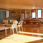 В дальнем углу жилой комнаты хорошо видна скала, которая стала изюминкой интерьера дома. (архитектура,дизайн,экстерьер,интерьер,дизайн интерьера,мебель,пляжный,минимализм,кухня,дизайн кухни,интерьер кухни,кухонная мебель,мебель для кухни,фото кухни,гостиная,дизайн гостиной,интерьер гостиной,мебель для гостиной,фото гостиной,идеи гостиной,столовая,дизайн столовой,интерьер столовой,мебель для столовой,фото столовой,идеи столовой)