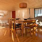 Весь интерьер отделан сосной, что выглядит светло просто и привлекательно. (архитектура,дизайн,экстерьер,интерьер,дизайн интерьера,мебель,пляжный,минимализм,столовая,дизайн столовой,интерьер столовой,мебель для столовой,фото столовой,идеи столовой)