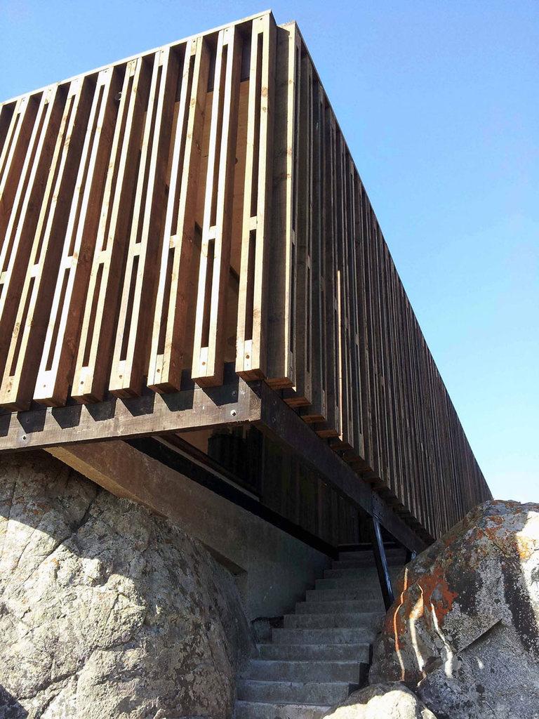 Деревянный фасад устроен достаточно просто, но выглядит неплохо и хорошо защищает от солнца.