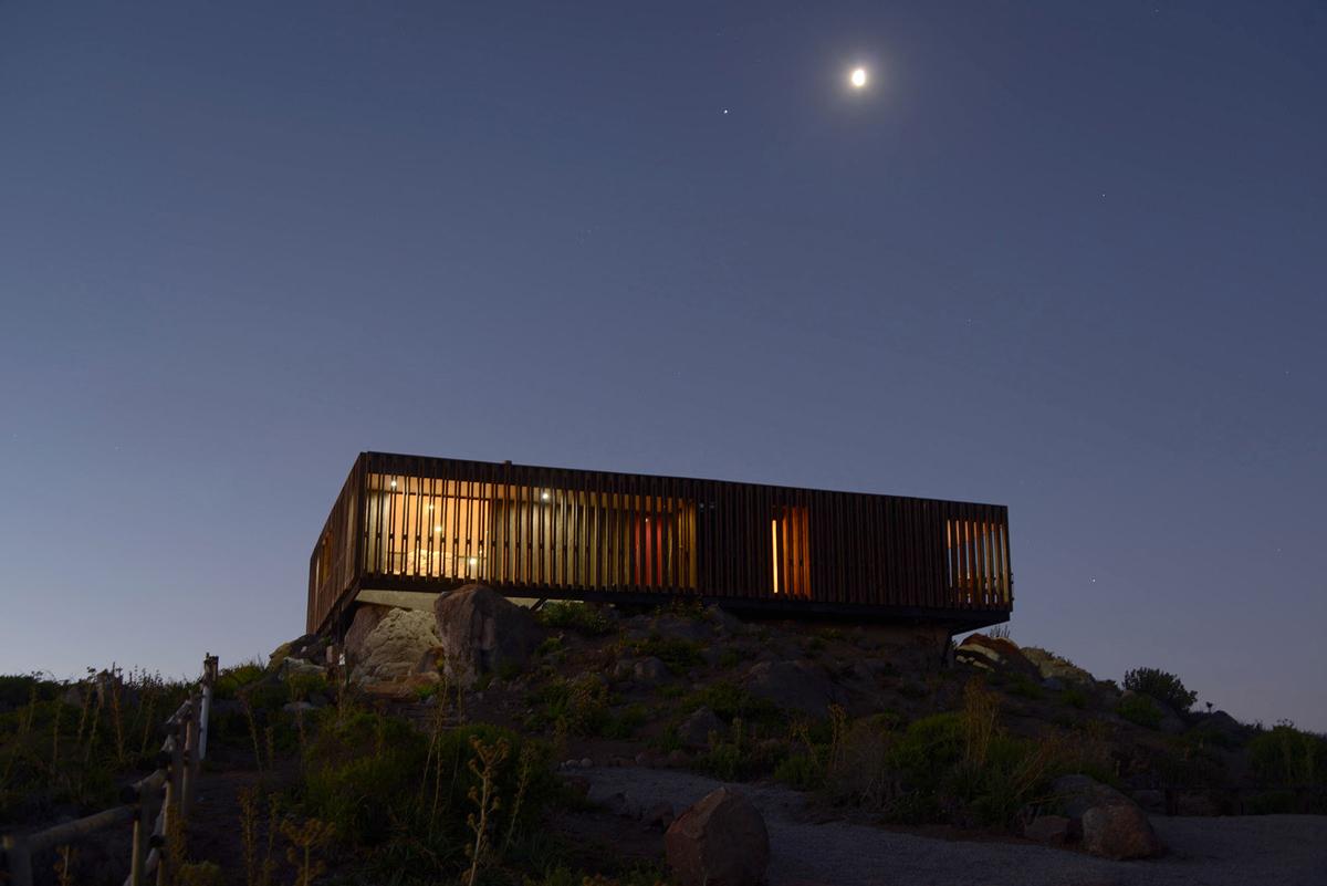 Фасад дома в вечернее время выглядит не менее интересно и напоминает лампу.
