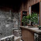 Деревянная отделка из бука хорошо сочетается с натуральной каменной отделкой душевой. (ванна,санузел,душ,туалет,дизайн ванной,интерьер ванной,сантехника,кафель,керамика,фото ванной,идеи ванной,интерьер,дизайн интерьера,архитектура,дизайн,экстерьер)