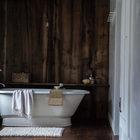 Стена отделана повторно использованной доской, хорошо сочетается с деревянным полом и балками. Дизайн Тара Маджини и Перси Брайт. (ванна,санузел,душ,туалет,дизайн ванной,интерьер ванной,сантехника,кафель,керамика,фото ванной,идеи ванной,интерьер,дизайн интерьера,архитектура,дизайн,экстерьер)