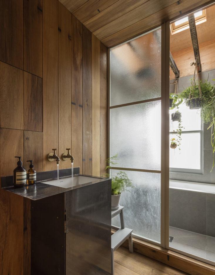 Более сухая часть ванной комнаты полностью отделана дубом, включая пол и потолок. Дизайн Саймора Астриджа