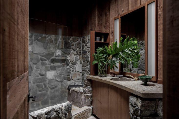 Деревянная отделка из бука хорошо сочетается с натуральной каменной отделкой душевой.