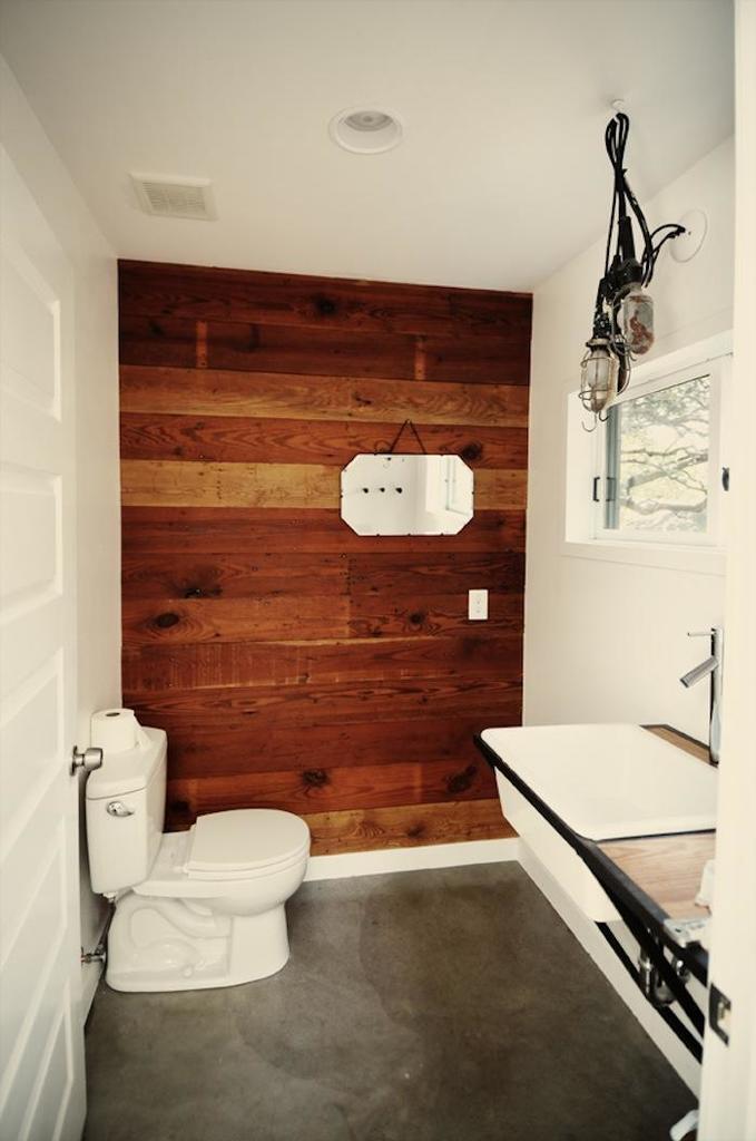 Сколько тепла добавляет в ванную комнату эта акцентная стена отделанная деревянной доской обработанной маслом.