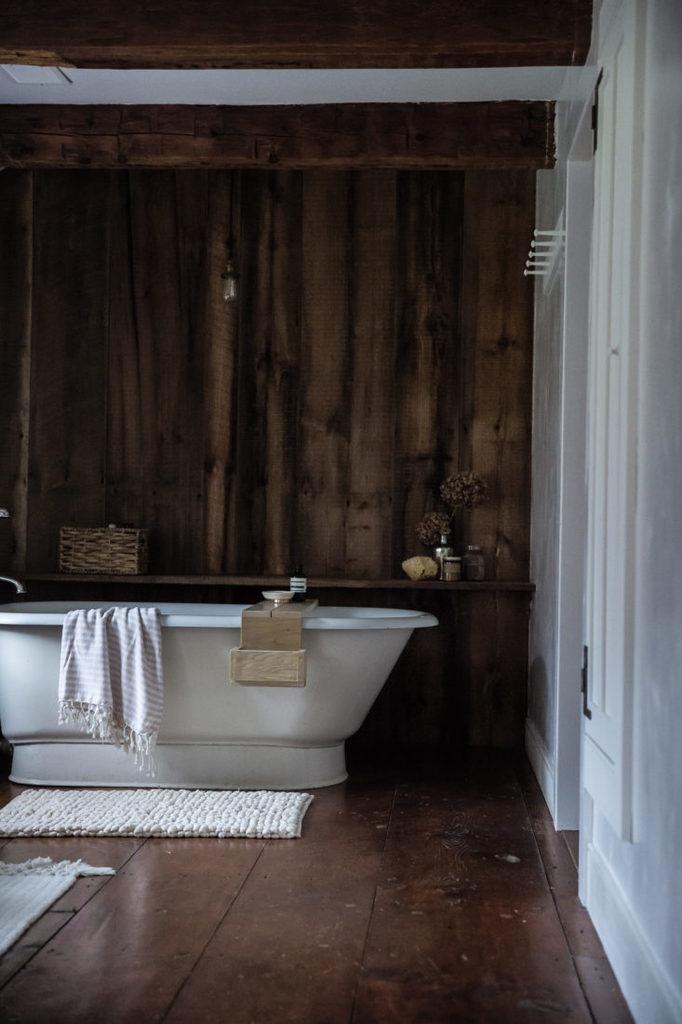 Стена отделана повторно использованной доской, хорошо сочетается с деревянным полом и балками. Дизайн Тара Маджини и Перси Брайт.