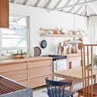 Долгое время пара пользовалась временной кухней и только через время Джон набросал дизайн и пара наняла архитектурную фирму Studio Junction для организации кухни на месте бывшей столовой.