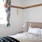 Изголовье кровати в родительской спальне повторяет дизайн спинки скамьи в столовой. Узор покрывала на кровати также выбран соответствовать скандинавскому стилю спальни. (скандинавский,скандинавский интерьер,скандинавский стиль,архитектура,дизайн,экстерьер,интерьер,дизайн интерьера,мебель,спальня,дизайн спальни,интерьер спальни,фото спальни,мебель для спальни,кровать)