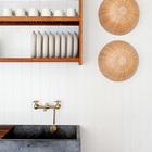 Латунный кран сочетается с другим латунным декором на кухне. Корзинки на стене от Икеа украшают натуральный экологичный интерьер. (скандинавский,скандинавский интерьер,скандинавский стиль,архитектура,дизайн,экстерьер,интерьер,дизайн интерьера,мебель,кухня,дизайн кухни,интерьер кухни,кухонная мебель,мебель для кухни,фото кухни)