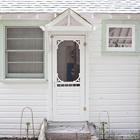Традиционный коттедж на берегу залива в Онтарио раньше принадлежал родителям Джули - хозяйки дома, которая теперь вместе с мужем модернизирует его в соответствии с их потребностями. (скандинавский,скандинавский интерьер,скандинавский стиль,архитектура,дизайн,экстерьер,интерьер,дизайн интерьера,мебель,вход,прихожая,маленькая прихожая,идеи прихожей,оформление прихожей,мебель для прихожей,вешадка для прихожей)