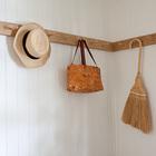 Вешалка с крючками выполнена во всему периметру спальни. Это очень удобно для хранения одежды и предметов первой необходимости.