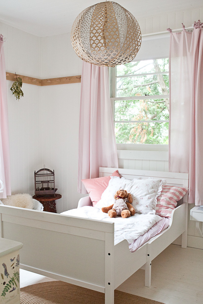 Бледно-розовые оттенки делают спальню дочери теплее и уютнее.