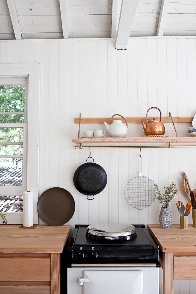 Шкафчики и столешницы выполненные из сосны покрыты воском.