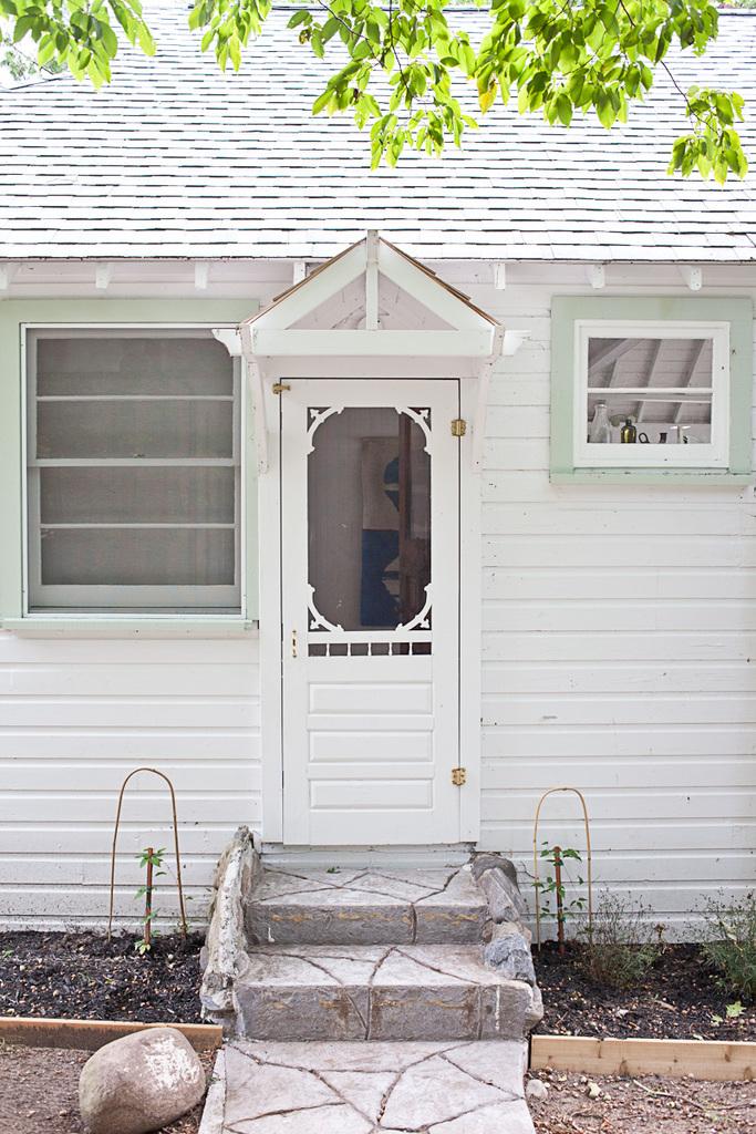 Традиционный коттедж на берегу залива в Онтарио раньше принадлежал родителям Джули - хозяйки дома, которая теперь вместе с мужем модернизирует его в соответствии с их потребностями.