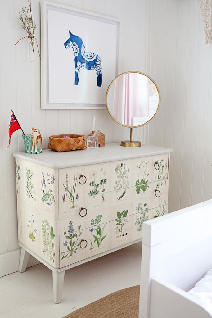 Винтажное латунное зеркало на винтажном комоде купленном на шведском аукционе. Логично, что в детской дочери висит картина лошадки на стене, художника из Торонто Мелинды Джози.