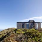 Скромный фасад дома если и не сливается с окружающим его пейзажем, выглядит как его неотъемлемая часть.