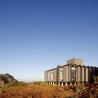 Так как архитекторам пришлось возводить строение на скале и неровном основании, то было решено использовать бетонные столбы в качестве фундамента. (архитектура,дизайн,экстерьер,интерьер,дизайн интерьера,мебель,современный,фасад)