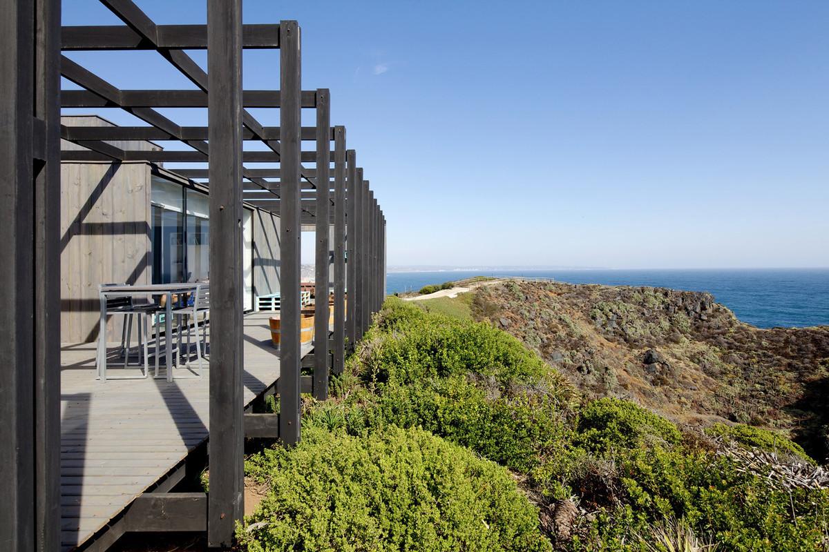 Фактически, просторная терраса проходящая вдоль длинного заднего фасада является дополнительной комнатой дома на свежем воздухе.