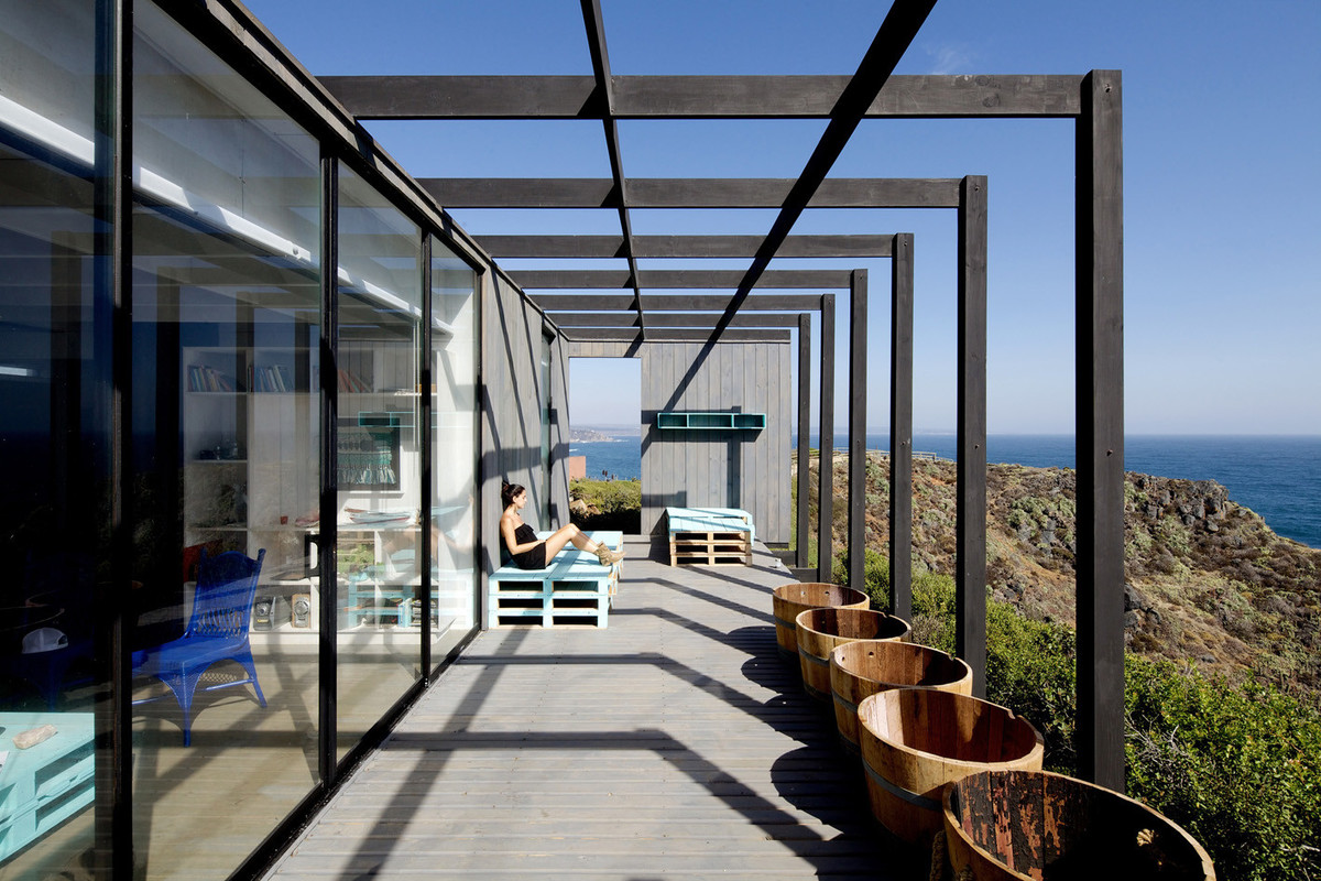 На террасу выходят большие окна гостиной и главной спальни.