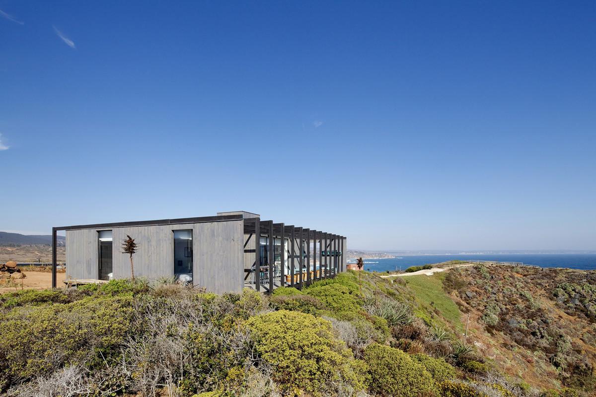 Терраса расположена с задней стороны дома и выходит в сторону океана.