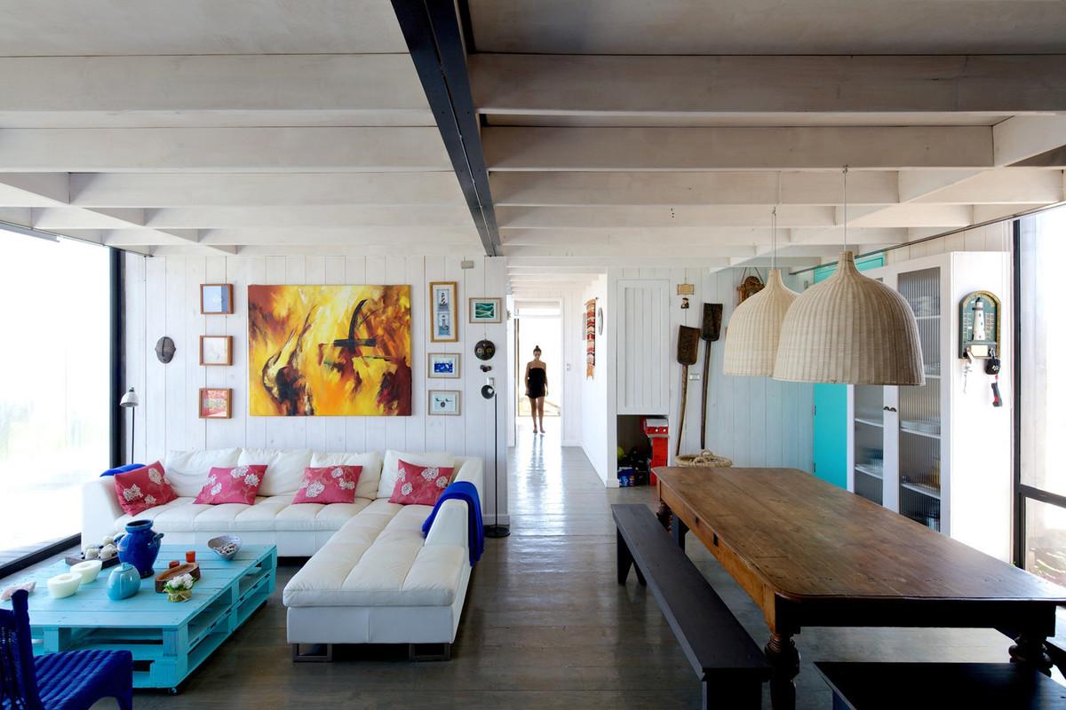 Жилая комната является центром дома, спальни расположены в противоположных частях дома рядом с жилой комнатой