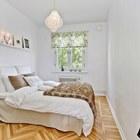 Паркетный или деревянный пол часто выбирают для спален, он создает ощущение тепла и уюта.