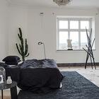 Контраст белого и черного в интерьере спальни.