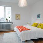 Спальня со спокойным нейтральным интерьером.