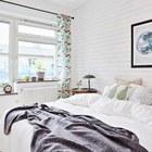 Занавески могут создать настроение в белом интерьере спальни.
