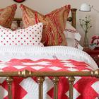 Винтажная кровать может не только украсить интерьер спальни, но и оказаться весьма прочной.