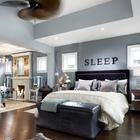 Хорошо если размеры спальни позволяют разместить в ней и диванчик и камин.