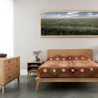 Простой и стильный дизайн спални отсылает нас к возвращающемуся в моду стилю 60-х. Необычно для спальни применение серой керамической плитки в качестве напольного покрытия.