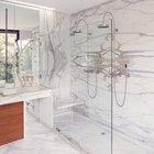 Двойной душ делает эту и без того роскошную мраморную ванную еще шикарнее.