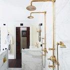 Ванная комната отделана белым мрамором. Светильники, вешалки и краны с душевыми лейками из латуни имитируют винтажный вид. (ванна,санузел,душ,туалет,дизайн ванной,интерьер ванной,сантехника,кафель,керамика,фото ванной,идеи ванной,интерьер,дизайн интерьера,традиционный интерьер,традиционный стиль,мебель в традиционном стиле)