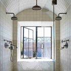 Великолепная душевая с тремя большими душевыми лейками и одной маленькой. (ванна,санузел,душ,туалет,дизайн ванной,интерьер ванной,сантехника,кафель,керамика,фото ванной,идеи ванной,интерьер,дизайн интерьера,традиционный интерьер,традиционный стиль,мебель в традиционном стиле)