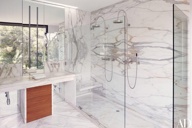 Двойной душ делает эту и без того роскошную мраморную ванную еще шикарнее