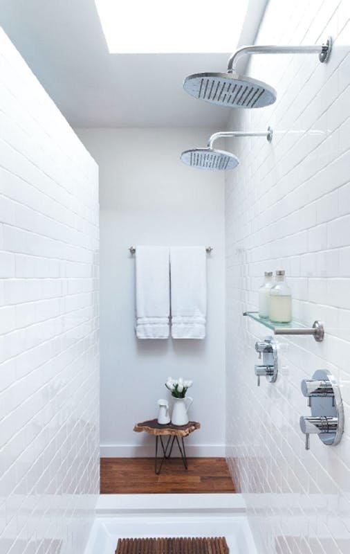 Этот хорошо освещенный благодаря окну в потолке душ создает ощущение душа в загородном доме, однако он находится в квартире в центре мегаполиса в Бруклине