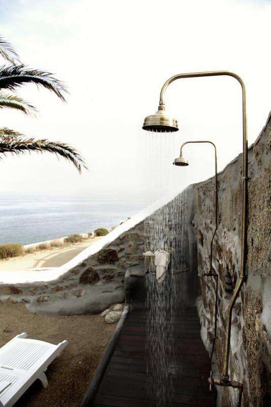 Наиболее органично двойной душ выглядит в качестве уличного душа.