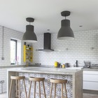 Барная стойка из бетона является центром кухни. Бетонная барная стойка просто идеальна для кухни в стиле лофт.
