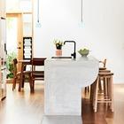 Бетонная барная стойка-кухонный остров с раковиной. Эта бетонная барная стойка была создана дизайнерами в ходе реконструкции узкого дома в Австралии.