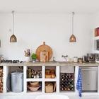 Бетонная кухонная столешница идеально вписывается в интерьер кухни в средиземноморском стиле. Сами полки под столешницей также выполнены из бетона, с той лишь разницей, что полки из белого бетона.