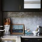 Кухонная столешница из бетона и бетонный кухонный фартук выглядят довольно холодно, однако эта холодность служит идеальным нейтральным фоном для аксессуаров и декора.