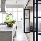 Кухонный остров из бетона может стать хорошим фасадом кухни, если кухня открывается в гостиную.