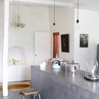 На этой кухне бетонный кухонный остров является продолжением бетонного пола из которого он вырастает. (кухня,дизайн кухни,интерьер кухни,кухонная мебель,мебель для кухни,фото кухни,индустриальный,лофт,винтаж,стиль лофт,индустриальный стиль,мебель,интерьер,дизайн интерьера,кухонный остров,бетонный кухонный остров,бетонная столешница,бетонная барная стойка,барная стойка из бетона,кухонный остров из бетона,минимализм,скандинавский,скандинавский интерьер,скандинавский стиль)