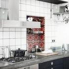 Пресную монохромность интерьера данной кухни нарушает ниша в стене выделенная цветным декоративным кафелем.