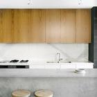 Светло-серый цвет бетона отлично подойдет для кухонного острова на кухне в стиле минимализм.